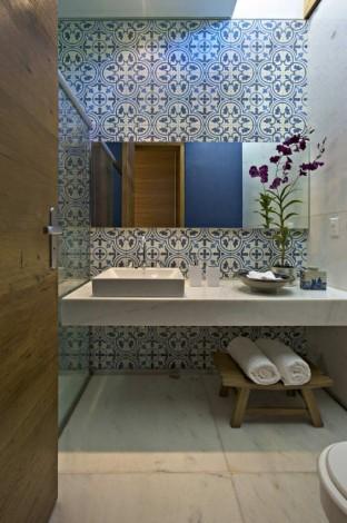 Ladrilho azul na parede do banheiro