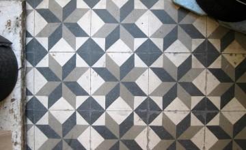 Ladrilho hidráulico no piso preto e branco