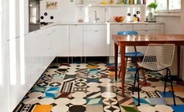 piso colorido no chão da cozinha