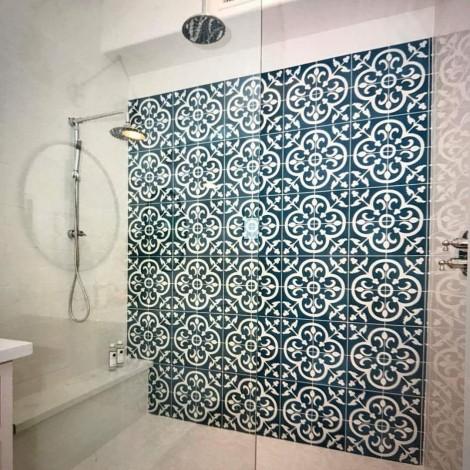 banheiro com piso hidráulico