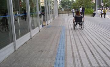 piso tátil de concreto na calçada