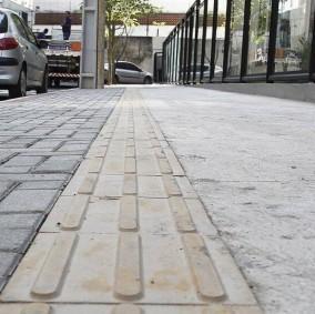 Piso tátil na calçada